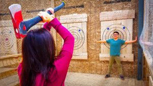Axe throwing for beginners ©Channel Super Fun